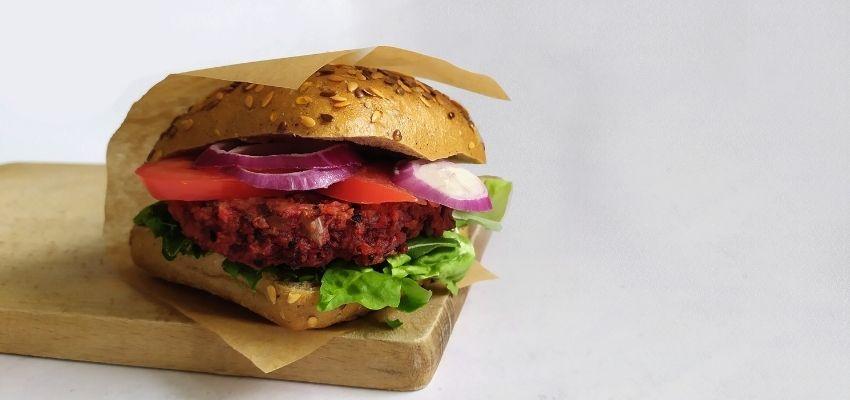 kotlet z buraka i kaszy jaglanej - roślinny burger pieczony