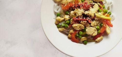 Szybki makaron po chińsku z kurczakiem, sosem sojowym i sezamem