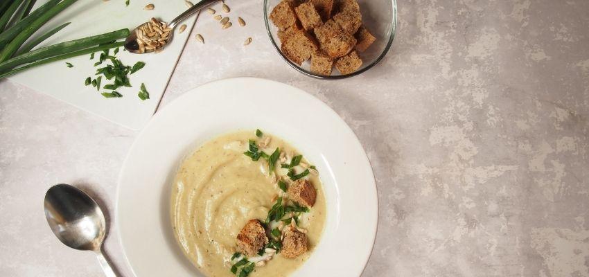 bernatowicz_agnieszka_zaowocuj_zdrowiem_dietetyk_online_szybki_prosty_zdrowy_przepis - zupa krem z kalafiora słonecznikiem i grzankami