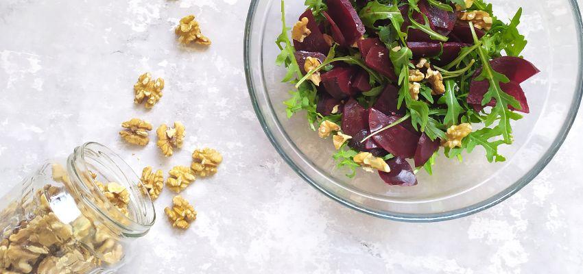 Sałatka z buraków, rukoli, orzechów włoskich, omega-3 - bernatowicz agnieszka zaowocuj zdrowiem dietetyk online nowa sól przepisy zdrowe gotowanie